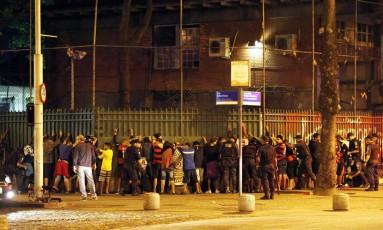 Torcedores do Flamengo foram detidos nas proximidades do Hotel Hilton de Copacabana Foto: Marcos de Paula / Agência O Globo