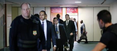 Policiais legislativos e federais deixam o gabinete do deputado Carlos Henrique Gaguim Foto: Ailton Freitas / O Globo