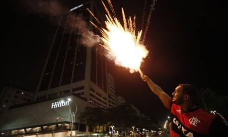 Torcedor do Flamengo solta foguete em frente ao hotel onde está hospedada a delegação do Independiente Foto: Marcos de Paula / Agência O Globo