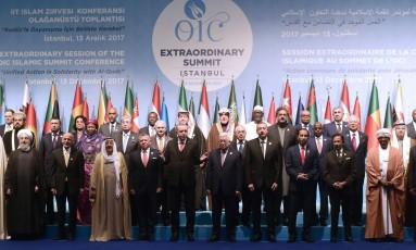 Líderes árabes posam para foto em grupo em cúpula em Istambul Foto: YASIN AKGUL / AFP