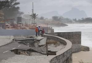 As obras na Praia da Macumba, dois meses após desmoronamento na orla Foto: Márcia Foletto / Agência O Globo