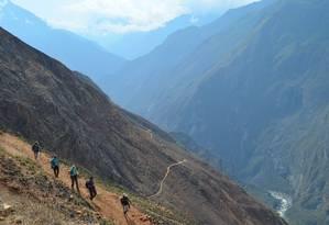 Grupo segue rumo a Choquequirao, enfrentando a topografia irregular dos Andes em altitudes elevadas Foto: Christian Jara