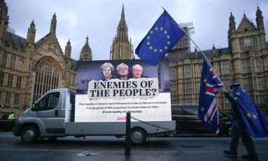 Manifestantes anti-Brexit protestam contra a liderança conservadorea, diante da sede do Parlamento Foto: DANIEL LEAL-OLIVAS / AFP