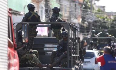 Exército faz operação no Complexo da Maré Foto: Fabiano Rocha / Agência O Globo