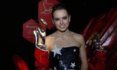 Daisy Ridley com o sapato inspirado em sua personagem Rey Foto: Randall_Michelson / Divulgação