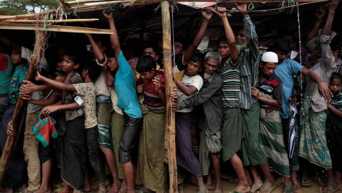 Refugiados rohingyas fazem fila para receber lençóis no campo de Balukhali, próximo a Cox's Bazar, Bangladesh Foto: ALKIS KONSTANTINIDIS / REUTERS