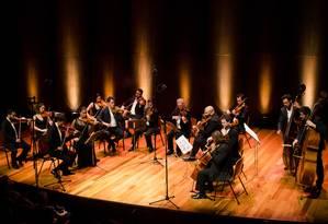 A Orquestra Johann Sebastian Rio, regida por Felipe Prazeres, fará duas apresentações nas quais mostrará composições barrocas Foto: Ana Clara Miranda / Divulgação
