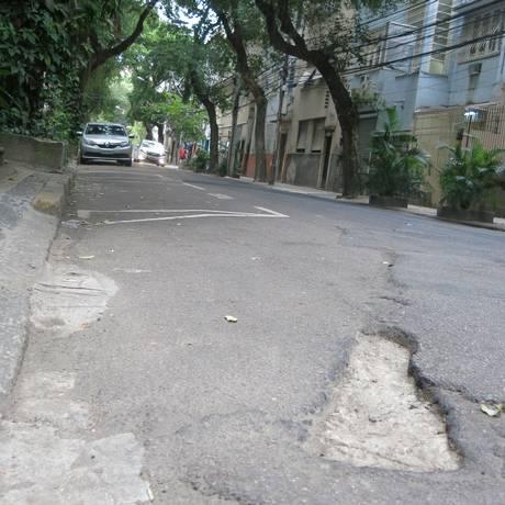 Via apresenta buracos Foto: Thalita Pessoa