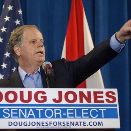 O senador democrata eleito no Alabama, Doug Jones, discursa após a vitória em Birmingham Foto: MARK WALLHEISER / AFP