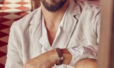 Blazer Osklen, camisa Handred e pulseira Guerreiro Foto: Fabio Bartelt