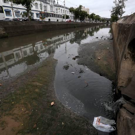 Saneamento apresenta problemas na Cidade Nova, na região Central do Rio Foto: Custódio Coimbra / Agência O Globo