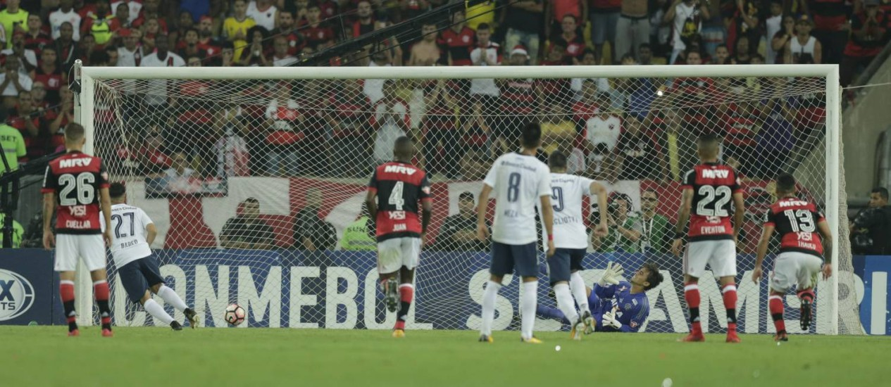 Barco, número 27, cobra com categoria o pênalti e empata o jogo no Maracanã Foto: Alexandre Cassiano / Agência O Globo