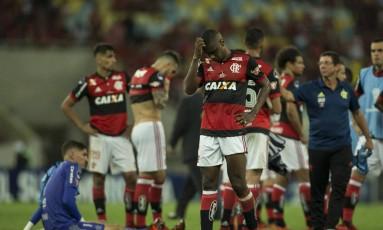 A decepção dos jogadores do Flamengo após o vice da Sul-Americana Foto: Guito Moreto