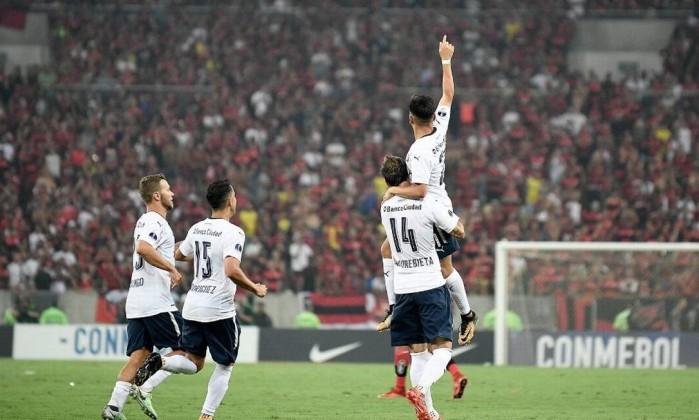 Sem ingresso, torcedor do Flamengo entra de paraquedas, mas é detido