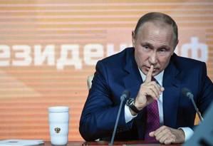 Presidente da Rússia, Vladimir Putin, gesticula enquanto fala a jornalistas em grande entrevista coletiva anual Foto: ALEXANDER NEMENOV / AFP