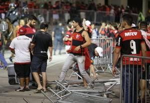 Maracanã foi palco de guerra antes e depois do jogo entre Flamengo e Independiente Foto: Marcio Alves / Agência O Globo