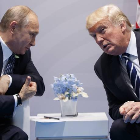 Putin e Trump conversam durante reunião bilateral em julho de 2017 Foto: Evan Vucci / AP