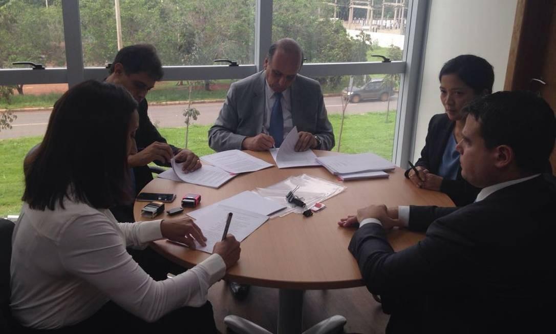 Pezão assina acordo com o banco BNP Paribas Foto: Divulgação