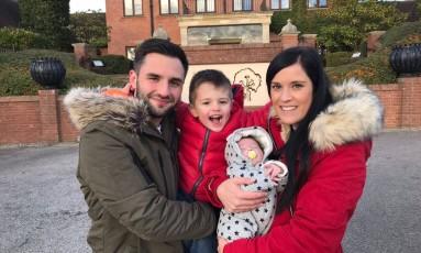 Jake Omer com a esposa e os dois filhos Foto: Barts Health NHS Trust