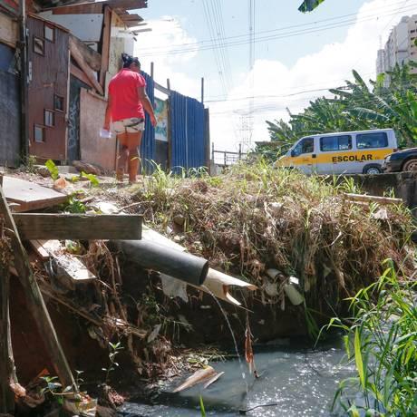 Maior privação está no alcance do saneamento básico: não era acessado por 38% dos brasileiros em 2016 Foto: Marcos Alves / Agência O Globo