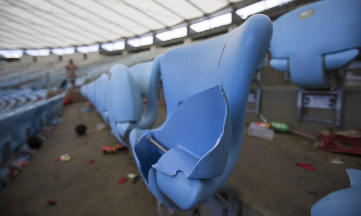 Cadeiras foram destruídas no estádio Foto: Alexandre Cassiano