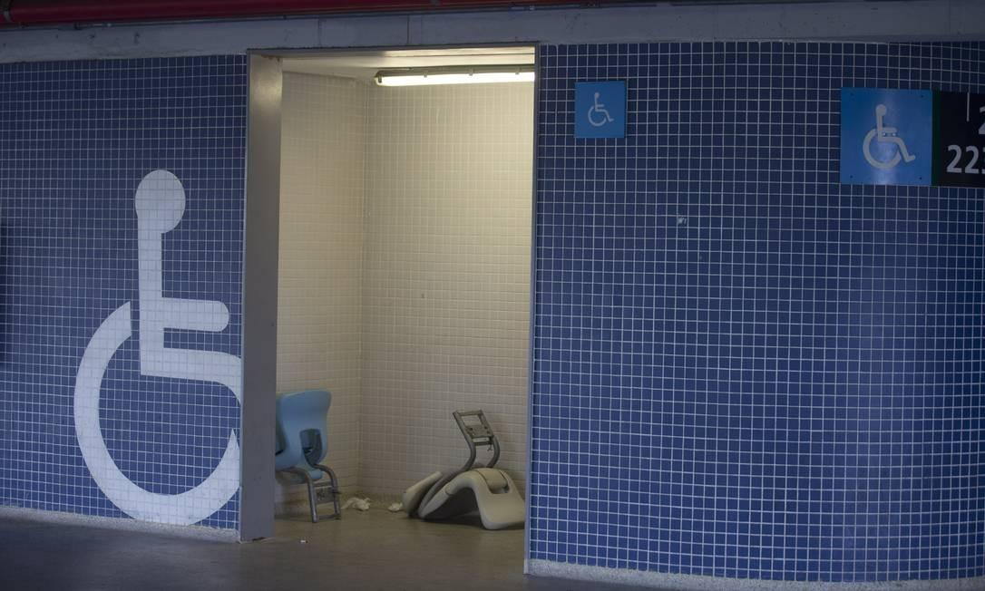 Nem o banheiro reservado a deficientes foi poupado da ação dos vândalos Foto: Alexandre Cassiano / Alexandre Cassiano