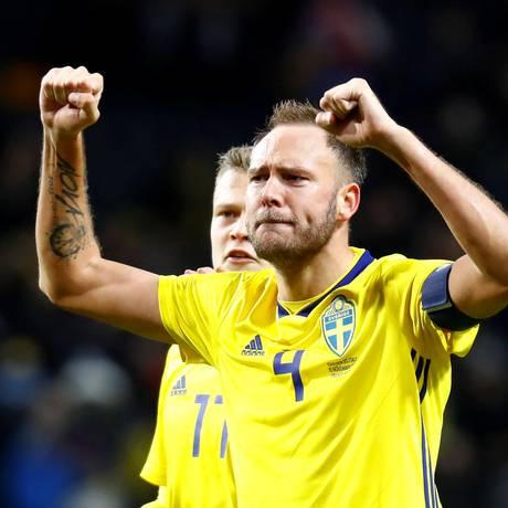 O capitão sueco Andreas Granqvist comemora a classificação para a Copa Foto: Kai Pfaffenbach / REUTERS