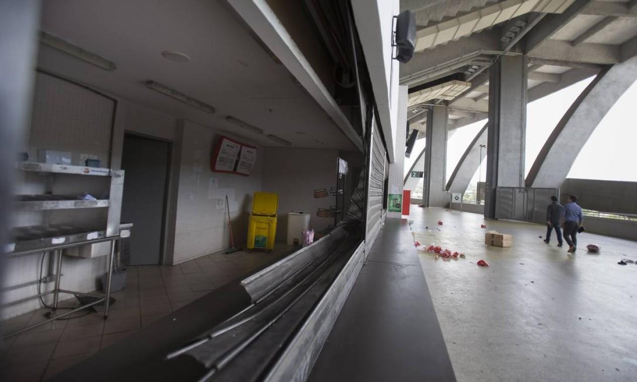 Um dos bares do Maracanã foi saqueado e destruído por vândalos Foto: Alexandre Cassiano / Alexandre Cassiano
