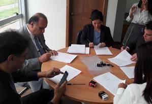O governador Luiz Fernando Pezão assina acordo com o banco BNP Paribas Foto: Reprodução/Twitter