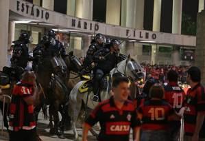 Polícia não conseguiu conter a ação de vândalos no Maracanã, na quarta-feira Foto: Marcio Alves