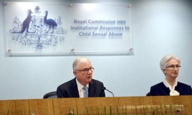 Juiz Peter McClellan e juíza Jennifer Coates, ambos da Comissão RealparaRespostas Institucionaisa Casos deAbuso SexualInfantil, na Austrália Foto: JEREMY PIPER / AFP