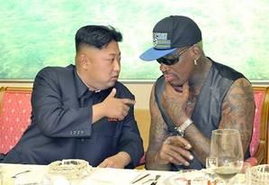 Kim Jong-un conversa com Dennis Rodman Foto: AP