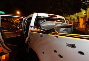 Bandidos foram mortos por policiais numa perseguição com troca de tiros no Ingá, em Niterói. Carro ficou cravejado de balas. Foto: Paulo Nicolella / Agência O Globo