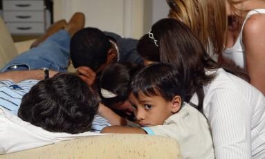 Anthony Garotinho durante greve de fome, na sala da presidência regional do PMDB enquanto é abraçado pela mulher e pelos filhos Foto: Simone Marinho / O GLOBO - 01.05.2006