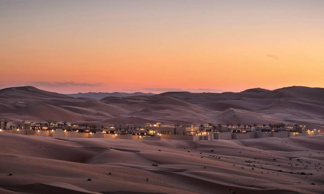 Fugir (para bem longe) da civilização. Essa é a proposta de alguns hotéis pelo mundo, que prometem isolamento completo, selecionados pela revista Condé Nast Traveler. O Qasr al Sarab, que fica no meio do deserto dos Emirados Árabes, a duas horas de Abu Dhabi, é um deles Foto: Qasr al Sarab/Divulgação