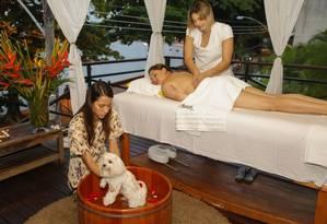 Daniela (na maca) faz massagem relaxante e Anny toma banho de ofurô Foto: Marcelo de Jesus