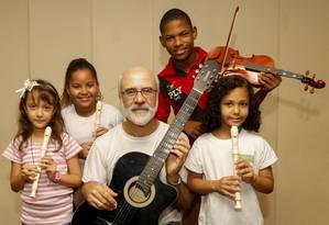 Da esquerda para a direita: Samantha, Maysa, maestro Ricardo Mirapalheta, Thayon e Kauani. Foto: Marcelo de Jesus