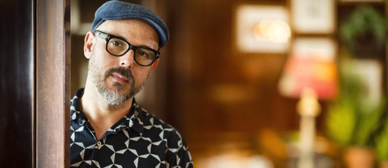 Eduardo Lima é responsável - com a sócia, Mira Mina - pela arte gráfica dos filmes das séries 'Harry Potter' e 'Animais fantásticos e onde habitam' Foto: Fernando Lemos / Agência O Globo