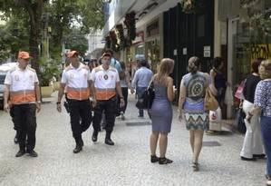 Reforço na segurança. Três agentes do novo programa na Rua Moreira César, em Icaraí Foto: Divulgação/Luciana Carneiro
