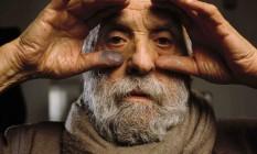 O escutor francês César Baldaccini (1921-1998) posa em sua oficina em 1997 Foto: Ulf Andersen / AFP
