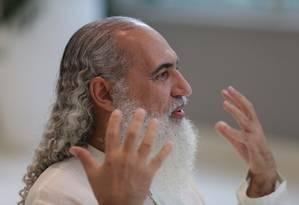 Para Prem Baba, as pessoas estão viciados em reclamar, porque é cômodo apontar outras pessoas como culpadas Foto: Agência O Globo