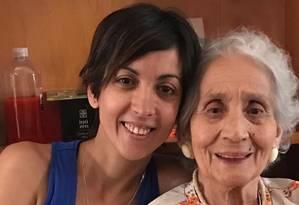 A Advogada argentina Adriana Cosentino com a avó paterna, Blanca, que conheceu após ser identificada há duas semanas Foto: Acervo pessoal