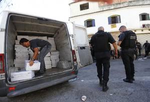 Polícia recupera carga roubada no Lins de Vasconcelos, na Zona Norte do Rio. Número de roubos no estado é maior desde 1991 Foto: Pablo Jacob / Agência O Globo