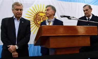 O presidente da Argentina Mauricio Macri junto com o ministro da Defesa Oscar Aguad e o agora ex-comandante da Martinha do país Marcelo Srur: demissão Foto: Reprodução/La Nacion