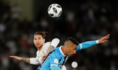 Lucas Barrios disputa a bola com Sergio Ramos Foto: AMR ABDALLAH DALSH / REUTERS