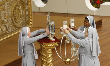 Freiras carregam relíquias de cinco novos santos durante uma cerimônia de canonização no Vaticano Foto: Alessandra Tarantino / AP