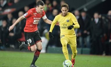 Neymar deixa zagueiro do Rennes para trás Foto: JEAN-FRANCOIS MONIER / AFP