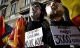 Eleições tensas. Manifestantes carregam bonecos representando o ex-presidente catalão Carles Puigdemont e o ex-vice Oriol Junqueras, durante protesto