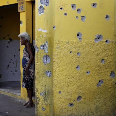 Sinais de confrontos no Complexo do Alemão Foto: Domingos Peixoto / Agência O Globo