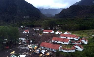 Casas foram destruídas e ficaram parcialmente soterradas Foto: HO / AFP